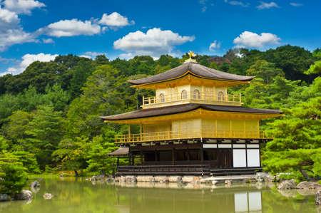 pagoda: Famoso Pabell�n de Oro Templo del Pabell�n Dorado de Kyoto de Jap�n y de sus parques hermosos.