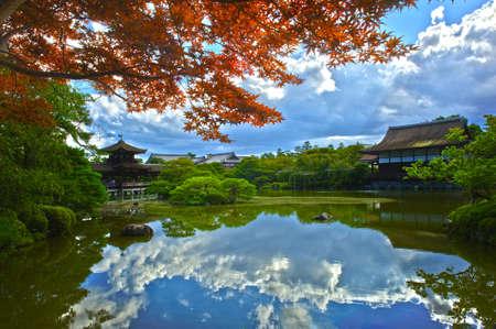 ponte giapponese: Bella Giardino Giapponese vicino Santuario Heian sta riflettendo in acqua calma. Archivio Fotografico