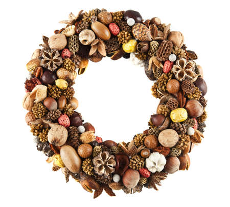 corona navidad: Una hermosa corona hecha de diversos frutos secos