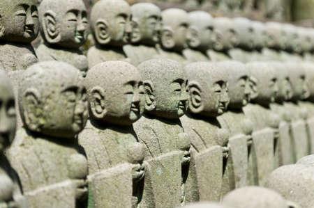 poronienie: Rzędy małych rzeźb japońskich Jizo