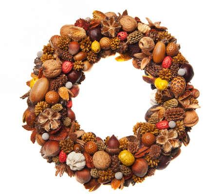 corona navidad: Una hermosa corona de Navidad hecha de diversos frutos secos