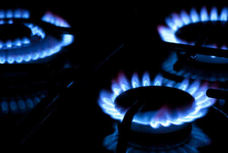 La combustión de gas en la estufa de gas de cocina Foto de archivo