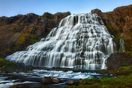 Dynjandi is de meest bekende waterval van de Westfjorden en een van de mooiste watervallen in de hele IJsland. Het is eigenlijk de cascade van watervallen waarvan de ene op de grootste is.