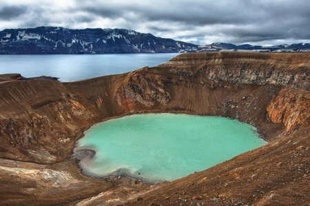 crater highlands: volc�n Askja ofrece una vista de dos lagos de cr�ter. El m�s peque�o, una turquesa se llama Viti y contiene agua caliente geot�rmica y es bueno para nadar. El lago es grande �skjuvatn, el segundo lago m�s profundo en el Islandia. Foto de archivo