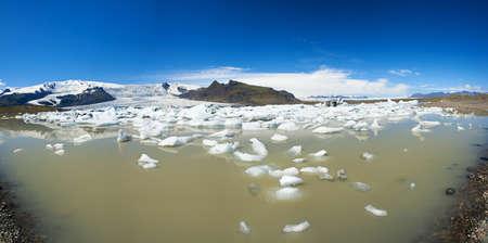 fjallsarlon: Beautiful panoramic of Fjallsarlon Glacial lake full of floating icebergs near the Fjallsjokull glacier Stock Photo
