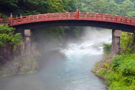 ponte giapponese: Red sacro ponte Shinkyo a Nikko, Giappone e una nebbia che sale dal fiume