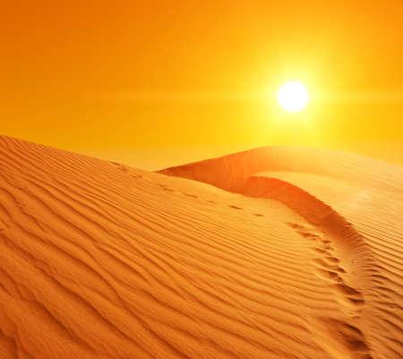 Prachtige zonsondergang over de zandduinen in de Sahara woestijn, Tunesië