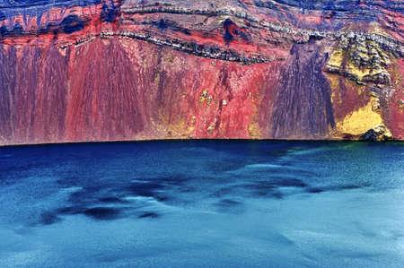 crater highlands: Detalle del lago Ljotipollur en el cr�ter del volc�n en Landmannalaugar, monta�as de Islandia Foto de archivo