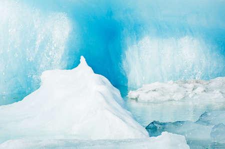 Gedetailleerde foto van de IJslandse gletsjer ijsberg in een ijs lagune met ongelooflijk levendige kleuren en een mooie textuur Stockfoto