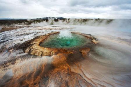 Zwembad met kokende geothermische water bij Hveravellir is eigenlijk in het hart van IJsland. Foto genomen rond middernacht met een storm op komst Stockfoto