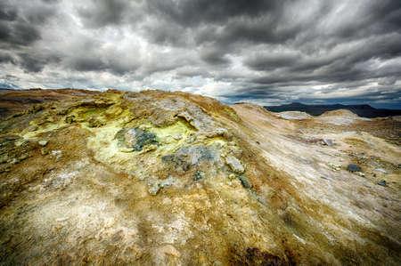 fumarole: Fumarola en el Hverir �rea geot�rmica, Islandia. La zona que rodea es multicolor y agrietada. Foto de archivo