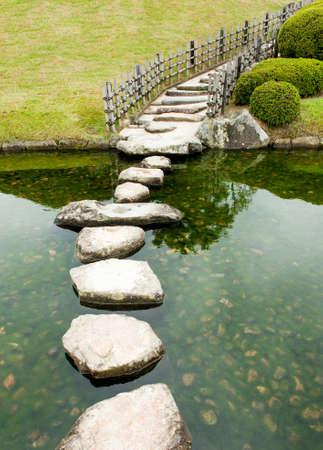 empedrado: Camino de piedras zen en un jardín japonés