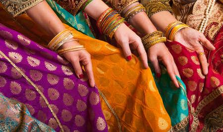 bailarinas arabes: Bailarines de Bollywood son la celebraci�n de sus trajes vivos. Las manos est�n en una fila