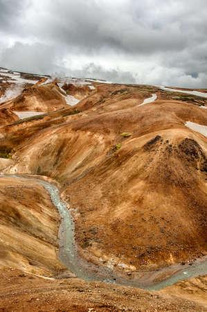 crater highlands: Islandia es una tierra de hielo y fuego. En el Kerlingarfj?ll ?rea geot?rmica se puede ver humo y fumarolas de ebullici?n del campo geot?rmico, as? como monta?as cubiertas de hielo y nieve.