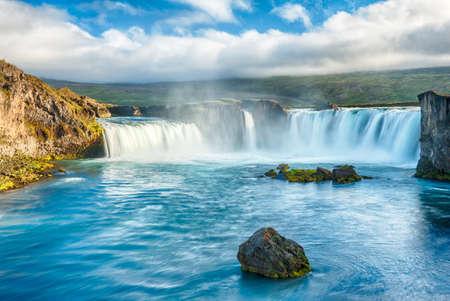 island�s: Godafoss es una cascada muy hermosa islandesa. Se encuentra en el norte de la isla, no lejos del lago Myvatn y la carretera de circunvalaci?Esta foto se toma despu?de la puesta del sol de medianoche con una larga exposici?