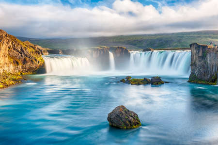 Godafoss is een zeer mooie IJslandse waterval. Het is gelegen op het noorden van het eiland, niet ver van het meer Myvatn en de ringweg. Deze foto is genomen na de middernacht zonsondergang met een lange blootstelling Stockfoto