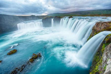 Godafoss ist eine sehr sch?isl?ische Wasserfall. Es basiert auf dem Norden der Insel, nicht weit vom See Myvatn und der Ring Road. Dieses Foto wird nach der Mitternacht Sonnenuntergang mit einer langen Belichtungszeit