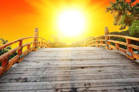 Japan is een land van de rijzende zon. Kijken naar de zonsopgang van de Japanse boog brug Stockfoto