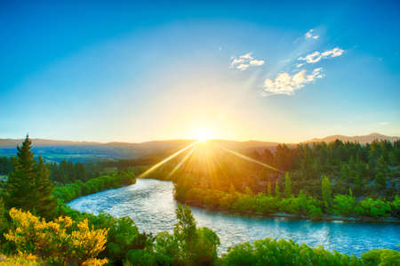 Beautiful sunset over the bend of the river Clutha, New Zealand Imagens