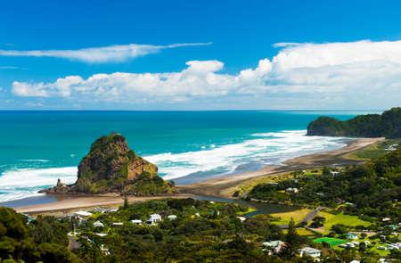Mooie Piha strand in de buurt van Auckland met een machtige Lion Rock, Nieuw-Zeeland Stockfoto