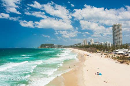 Gold Coast s pláží plnou turistů při pohledu shora. Queensland, Austrálie