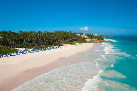 Crane Beach est l'une des plus belles plages de l'île de la Barbade Il est un paradis tropical avec des palmiers qui pèsent sur la mer turquoise