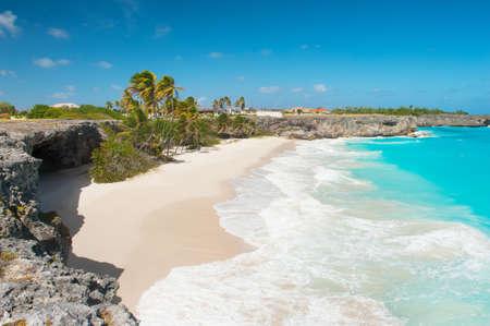 Bottom Bay is een van de mooiste stranden van het Caribische eiland Barbados is een tropisch paradijs met palmen opknoping over de turquoise zee en een piraat grot