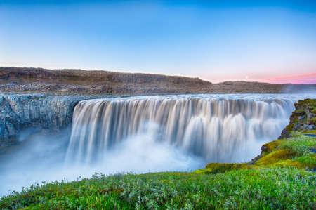 Dettifoss is de krachtigste waterval op IJsland en in heel Europa. Het is gelegen in Jokulsargljufur National Park de northeasten IJsland op de rivier Jokulsa een Fjollum. Lange blootstelling na de middernacht zonsondergang. Stockfoto