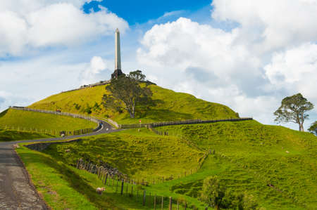 verdrag: Obelisk op de top van de One Tree Hill doet denken aan de ondertekening van het Verdrag van Waitangi, het verdrag van de Maori mensen met het Britse Rijk. Auckland, Nieuw-Zeeland