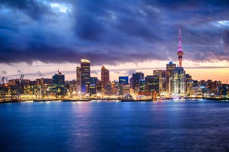 Skyline foto van de grootste stad in de Nieuw-Zeeland, Auckland. De foto werd genomen na zonsondergang over de baai Stockfoto