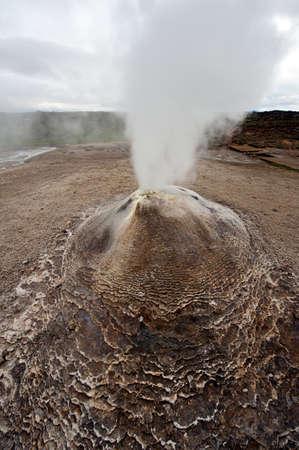fumarole: Fumarola en el �rea geot�rmica Hveravellir, el centro de Islandia. La zona que rodea es en capas y agrietada.