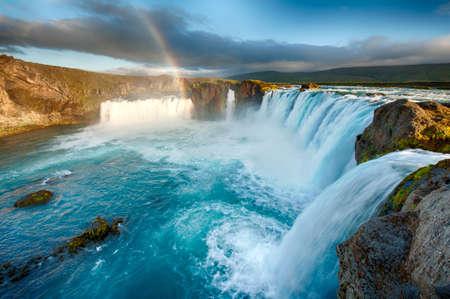 Godafoss is een zeer mooie IJslandse waterval. Het is gelegen op het noorden van het eiland, niet ver van het meer Myvatn en de Ring Road.