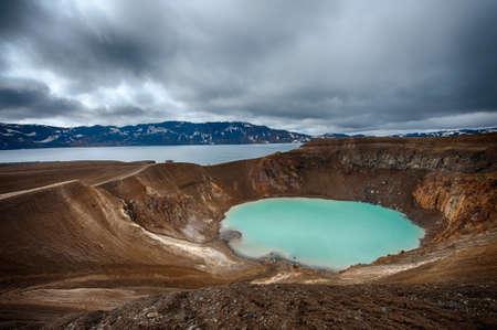 Gigantische vulkaan Askja biedt uitzicht op twee kratermeren. De kleinere, turquoise ene heet Viti en bevat warme geothermische water en is goed voor zwemmen. Het grote meer is Oskjuvatn, de tweede diepste meer op de IJsland.