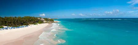 Crane Beach est l'une des plus belles plages de l'île de la Barbade. Il est un paradis tropical avec des palmiers qui pèsent sur la mer turquoise, panorama