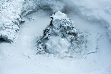 fumarole: Barro caliente que hierve a fumarola est� burbujeando y la explosi�n en mudpots, Hverir - Icelnad. Cuando fotografiado en esculturas bonitas de alta velocidad podr�a verse