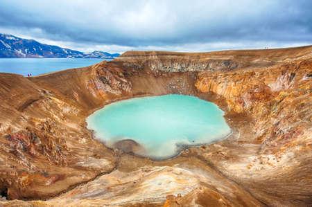 crater highlands: Volc�n gigante Askja ofrece una vista a dos lagos de cr�ter. El m�s peque�o, una turquesa se llama Viti y contiene agua geot�rmica caliente. El gran lago es Oskjuvatn, el segundo lago m�s profundo en Islandia.