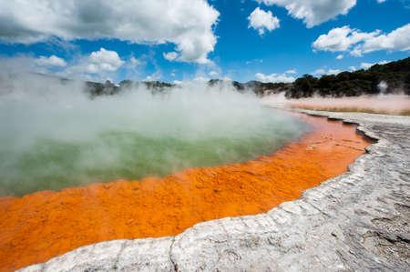 Koekenpan meer is het grootste warmwaterbron in de wereld. Rotorua, Waimangu geothermische gebied, Nieuw-Zeeland