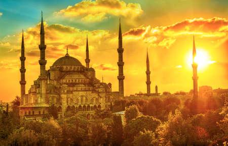 美しい日没で、イスタンブール、トルコのブルーモスク。HDR