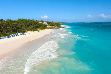 Crane Beach is een van de mooiste stranden van het Caribische eiland Barbados. Het is een tropisch paradijs met palmen opknoping over turquoise zee