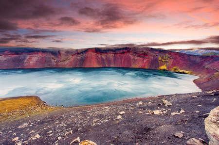 crater highlands: Puesta de sol sobre el lago Ljotipollur en el cr�ter del volc�n en Landmannalaugar, Tierras Altas de Islandia