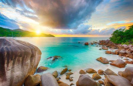 Schöner Sonnenuntergang über dem berühmten Strand Anse Lazio aus den Granitfelsen, Praslin, Seychellen gesehen.