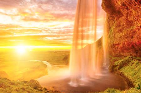 Seljalandsfoss is een van de mooiste watervallen op IJsland. Het is gelegen op het zuiden van het eiland. Deze foto is genomen tijdens de ongelooflijke zonsondergang op ong. 01:00. Stockfoto - 36535271