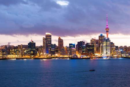 Skyline foto van de grootste stad in de Nieuw-Zeeland, Auckland. De foto werd genomen na zonsondergang over de baai