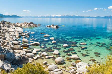 아름다운 바위와 타호 호수의 맑은 물. 숨겨진 비치 레이크 타호 네바다 미국