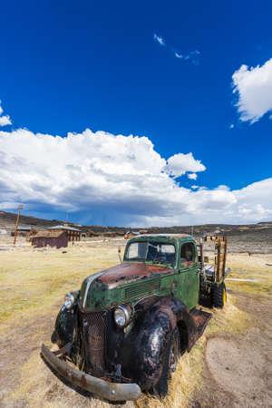 oxidado: Restos de un coche oxidado antigua en un pueblo fantasma de Bodie. Bodie es un Monumento Histórico Nacional. Se encuentra ubicado en el condado de Mono, Sierra Nevada - California. Estados Unidos de America.