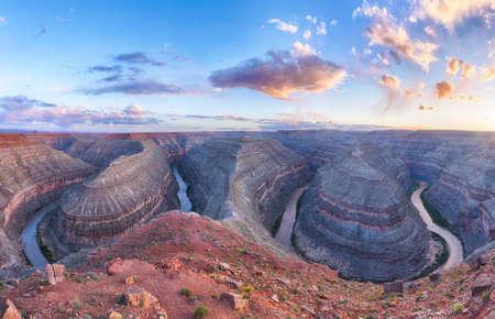 Goosenecks zijn een beroemde verschanste meanders op San Juan rivier. Zonsondergang tijd. Goosenecks State Park, Utah - USA. panoramische foto Stockfoto