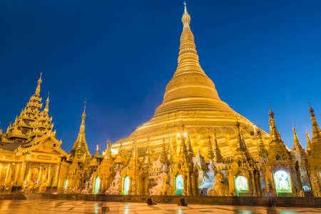 templo: Shwedagon Paya is the most sacred golden buddhist pagoda in Myanmar. Yangon, Myanmar. Evening photo Foto de archivo