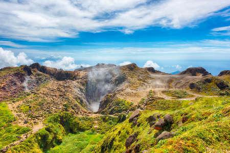 Vapeur montante du cratère volcan La Soufrière la plus haute montagne en Guadeloupe, département français dans les Caraïbes
