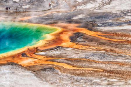 Deatiled foto van de Grote Prismatische Lente van boven met onherkenbare toeristen kijken. Yellowstone National Park, Wyoming, USA