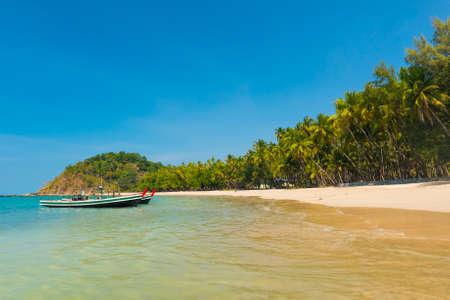 Mooi strand van Ngapal met vissersboot en palmen over de zee, Myanmar Stockfoto